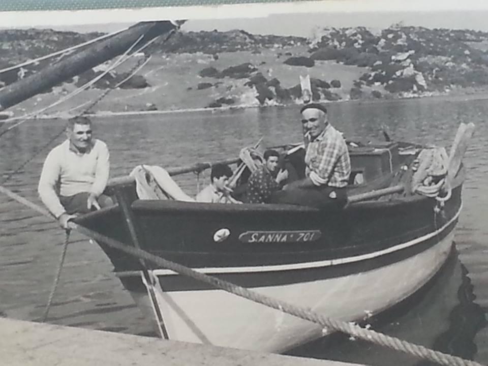 Costantino Sacco a Santa Teresa negli anni '60 (a sinistra sulla prua)