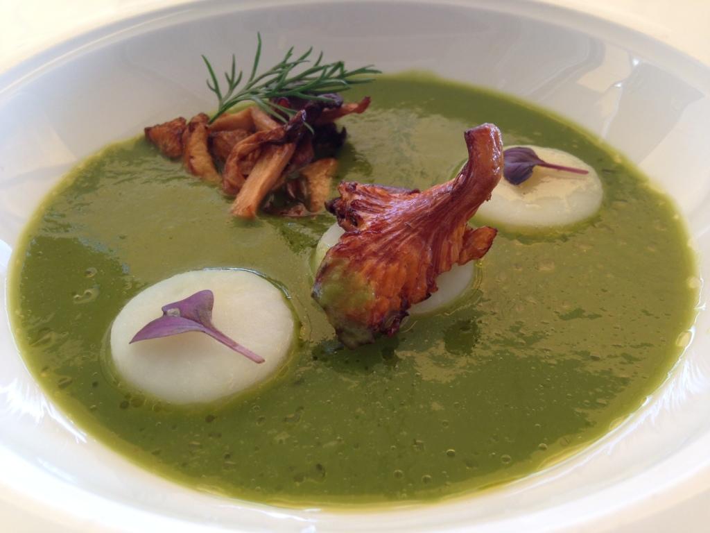 Zuppa di Lattuga, finferli, patata affumicata, zenzero.
