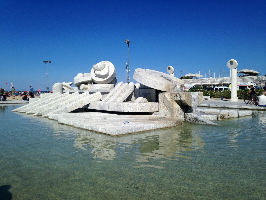 """La fontana """"La Nave"""" di Pietro Cascella"""