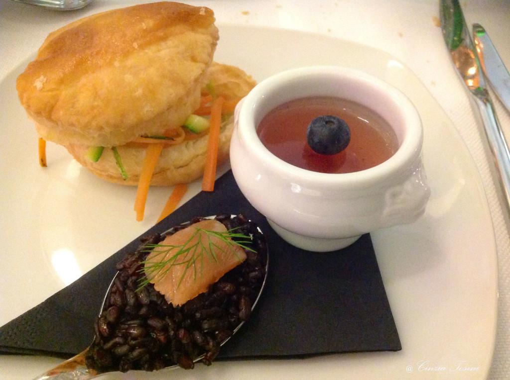 Sfogliatine calde alle verdure e crema. Timballo di riso nero con trancetto di salmone marinato. Gelatina di Nebbiolo con melograno