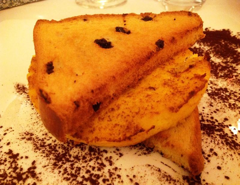 Omelette dolce con succo d'arancia e pan brioche al cioccolato