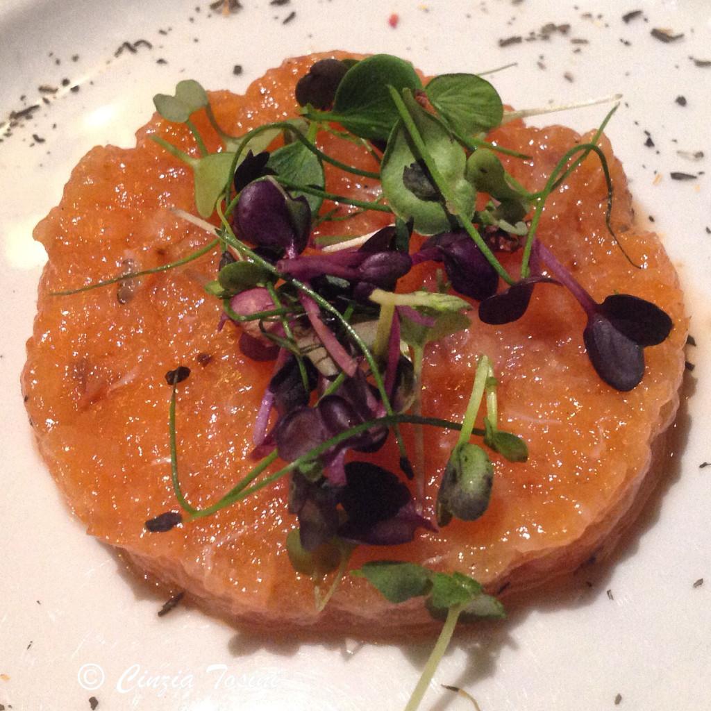 Tartare de salmão marinado em as flores que você