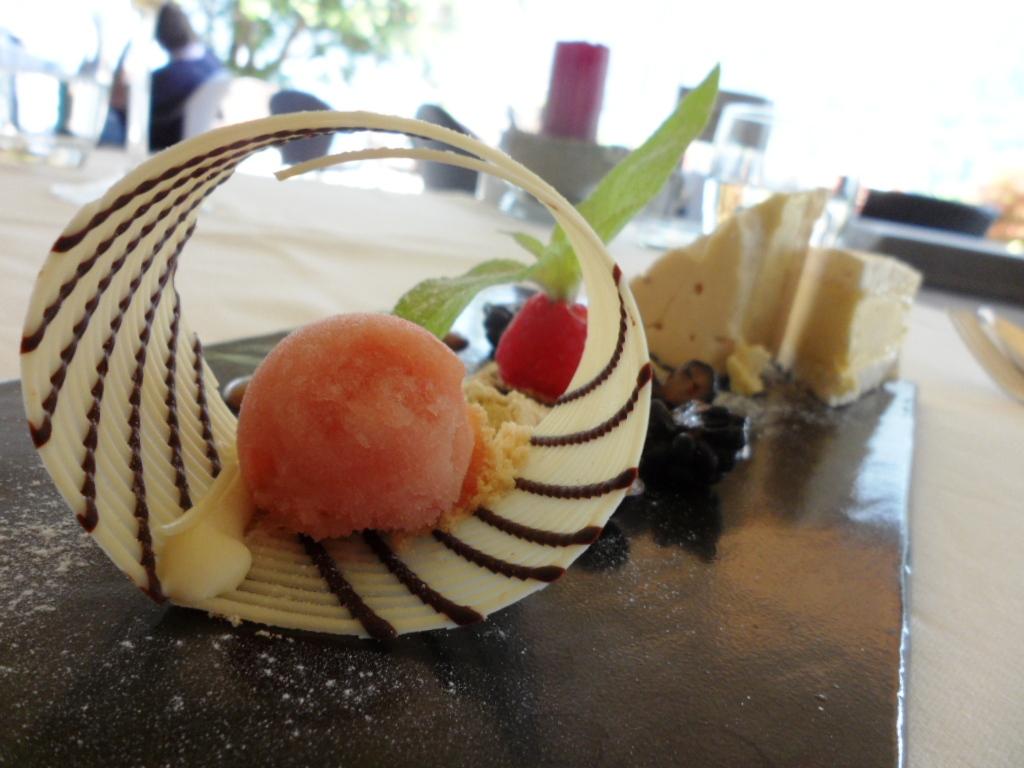 酥皮冰淇淋和格兰尼塔布劳略大黄.